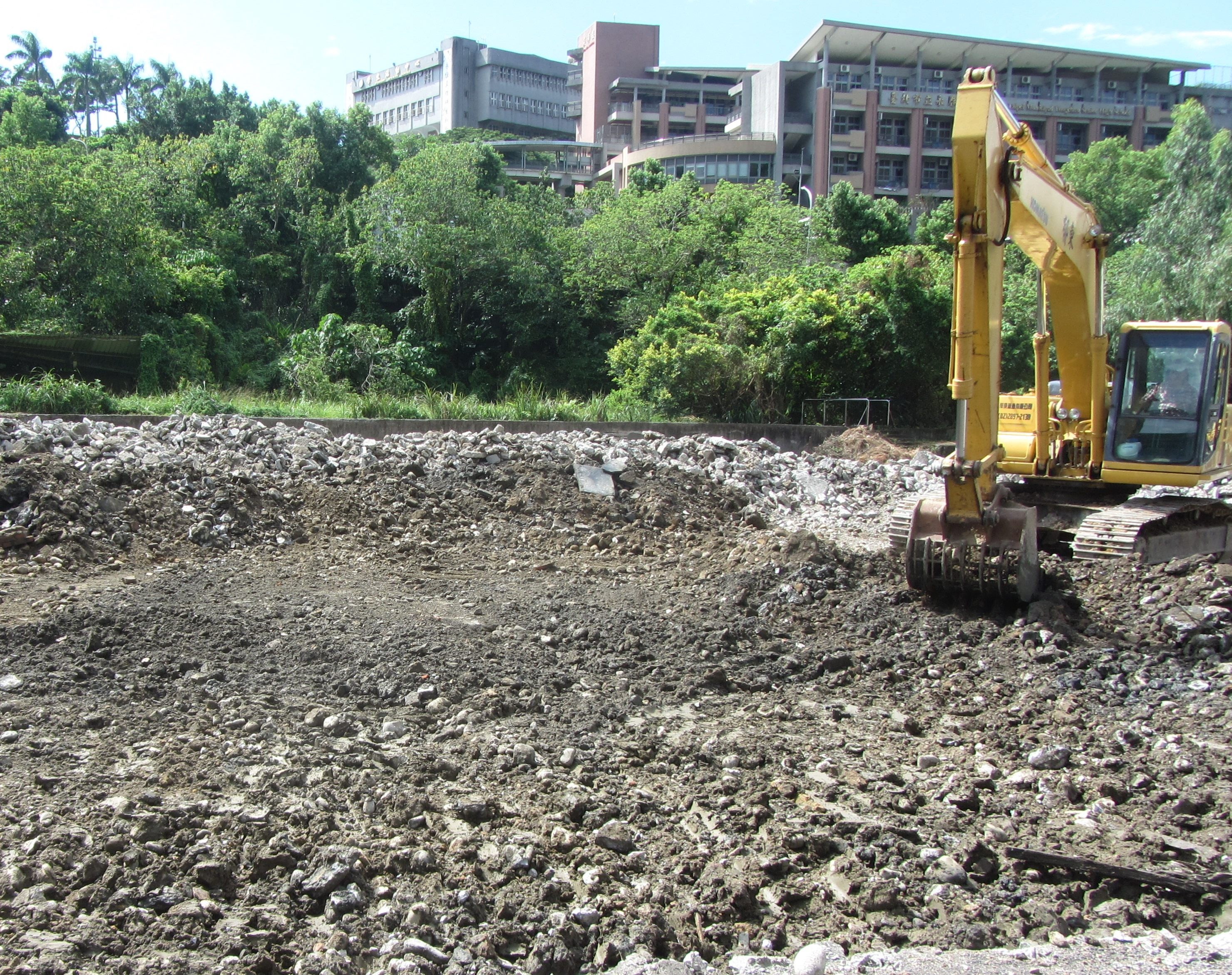 大面積混凝土鋪面打除