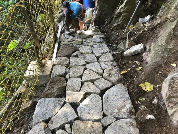 手作步道鋪面堆疊(採用現地塊石)