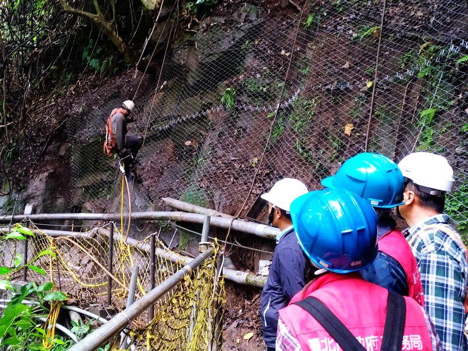 掛網岩栓護坡工程(岩栓打設)