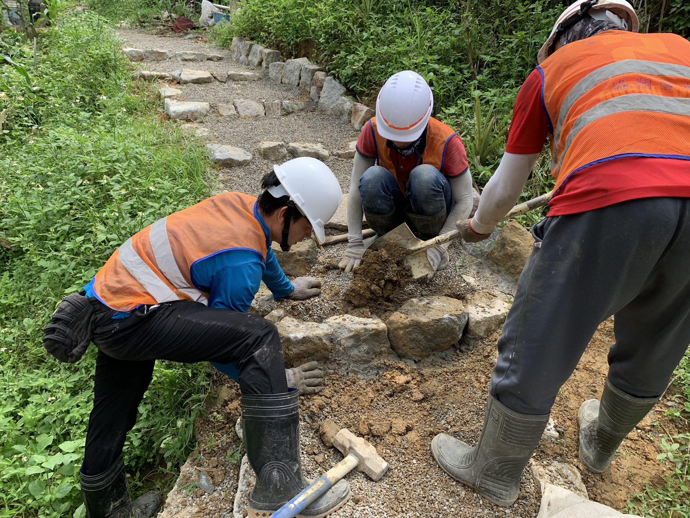 步道工程施作時,採用人工進行,減少機具對步道之破壞。