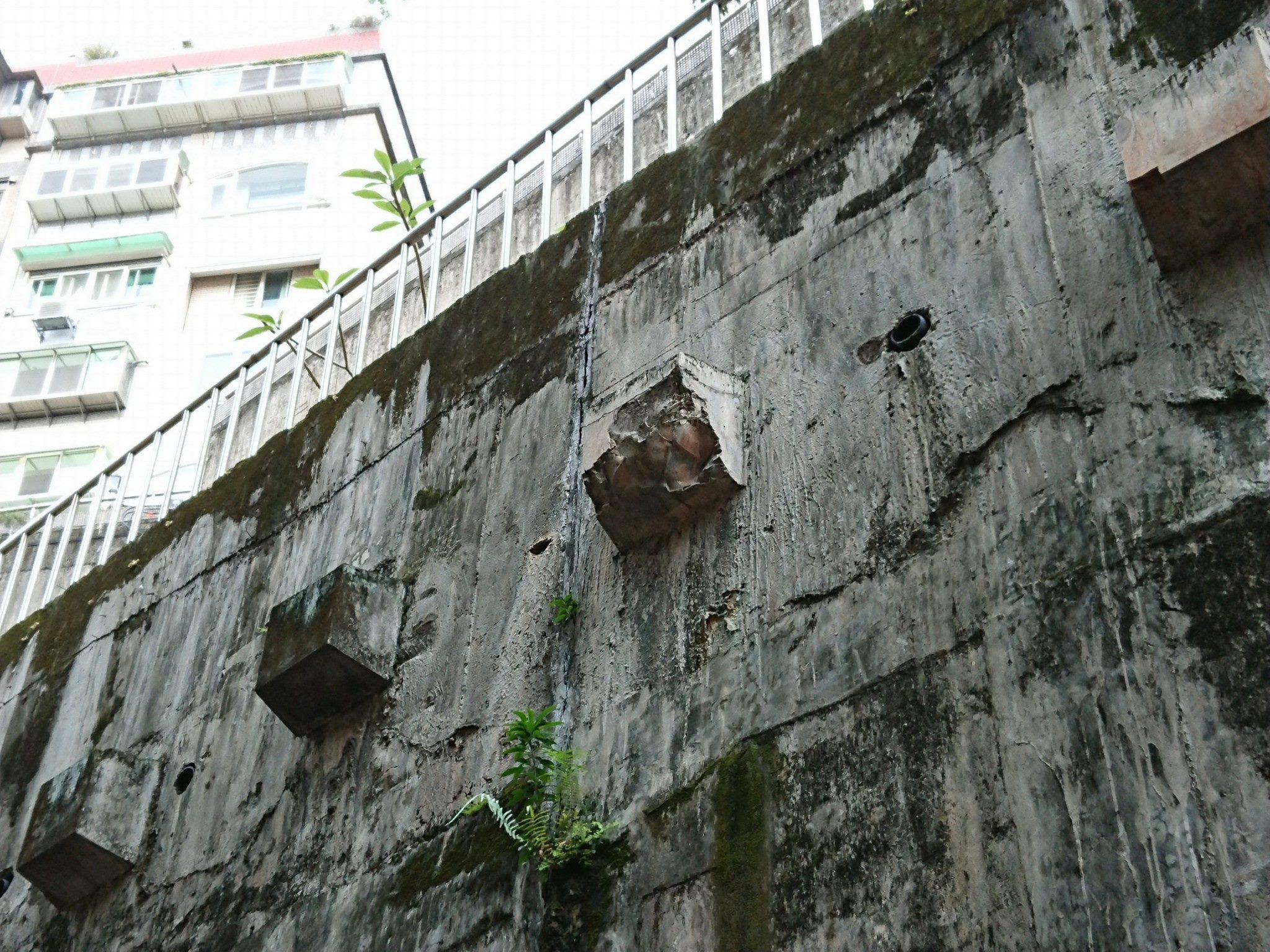 多處既有地錨混凝土保護塊破損