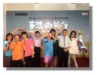 院長、教保課長、美術老師江海泙與本院參與服務使用者開心合照。