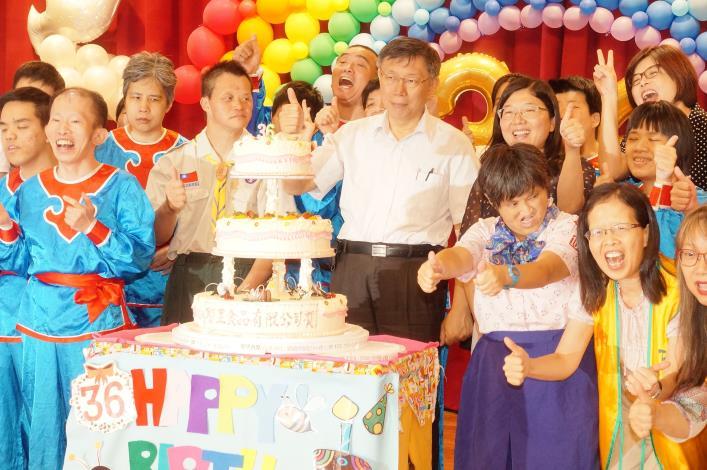 市長、院長、陽明寶貝們及蒞臨之嘉賓一同切下生日蛋糕,祝福陽明36週年生日快樂.JPG[開啟新連結]