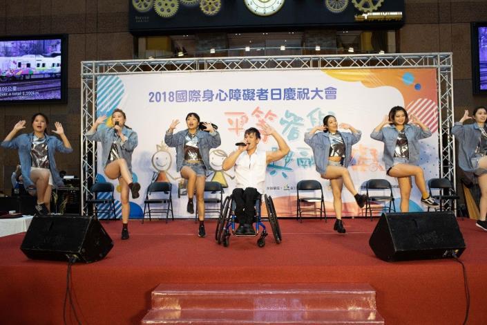 LOVE輪椅舞團動感開場,帶動現場歡樂氣氛