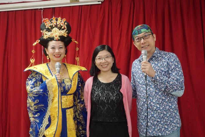 台灣街頭藝人發展協會理事長帶領朋友一同於餐廳舞台表演。.JPG