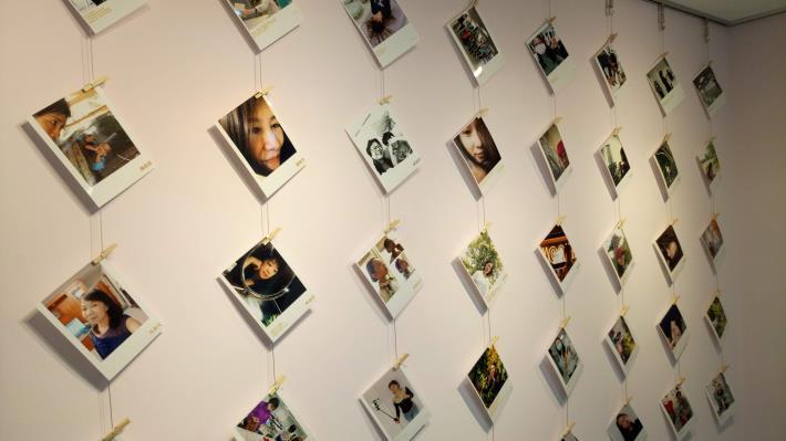 「閱己悅己影像自拍工作坊」成果展一角,展示著全班自拍照與課堂側拍