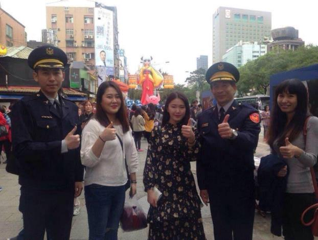 The picture of the Taiwan Police and Korean tourists (picture 2)
