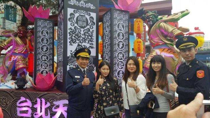 The picture of the Taiwan Police and Korean tourists (picture 1)