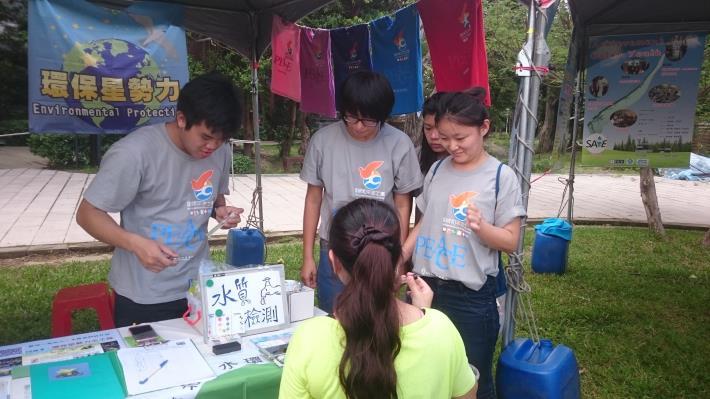 環保星勢力志工擺設攤位宣導水質檢測,讓大家瞭解河川水質重要性[開啟新連結]