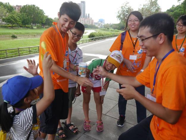 環保星勢力志工隊帶國小學童進行水質監測教學體驗活動[開啟新連結]