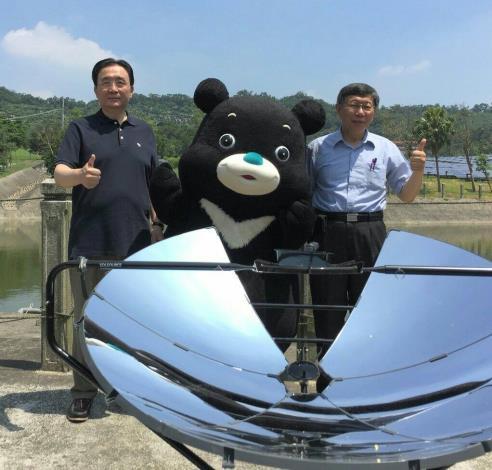 柯市長劉局長熊讚於太陽能爐前合照[開啟新連結]