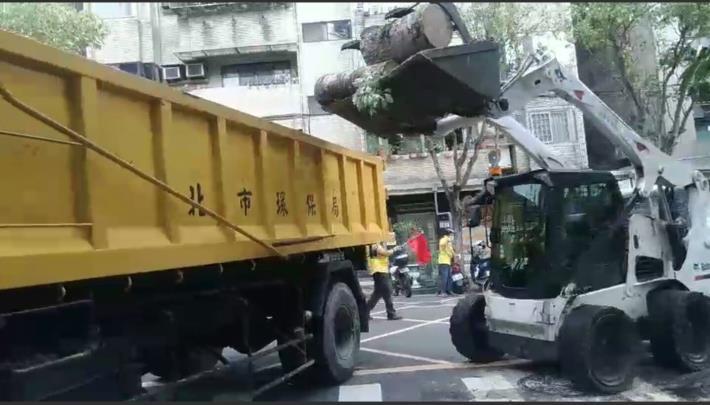 環保局清潔人員清理廢棄物1 [開啟新連結]