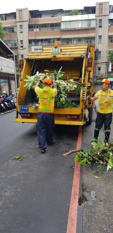 環保局清潔人員清理廢棄物2[開啟新連結]