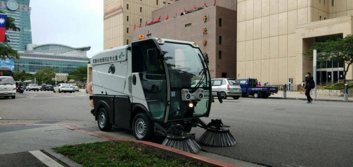 環保局購置小型掃街車,減輕道路清掃人員勤務負擔[開啟新連結]