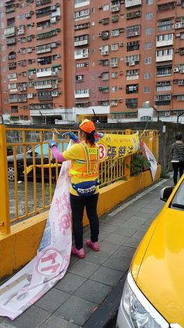 「九合一」選舉落幕,環保局清潔隊員拆除競選廣告物,共3張圖片[開啟新連結]
