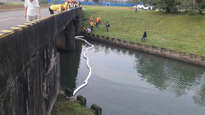 圖2、基隆河新民權抽水站排水渠道吸油棉索佈設情形[開啟新連結]