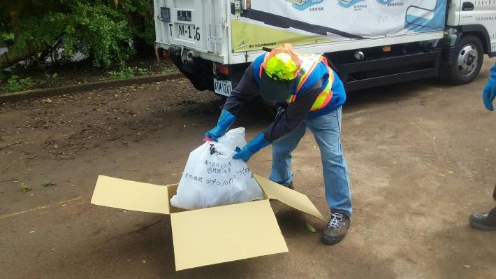 環保局清潔隊員將犬貓遺體裝入犬貓遺體專用禮箱[開啟新連結]