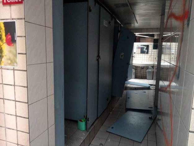 1.廁所門板-修復前[開啟新連結]