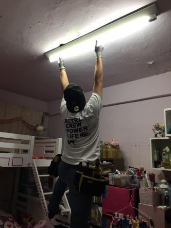 專業服務團隊換裝節能燈具過程-1