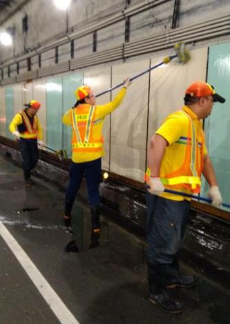 人工清洗情形-林森南路車行地下道