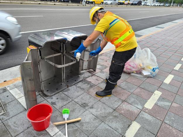 環保局重點設置行人清潔箱並定期派員清潔2