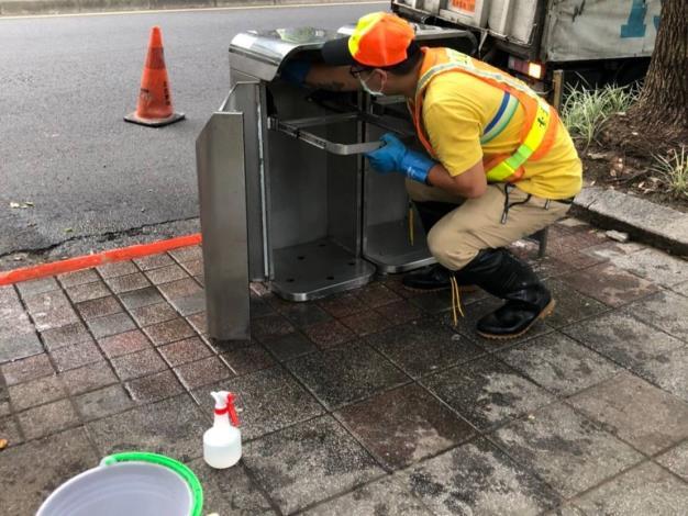 環保局重點設置行人清潔箱並定期派員清潔1
