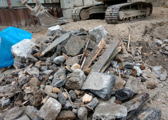 臺北市環保局查獲玖泰工程公司於北投區空地非法處理營建廢棄物3