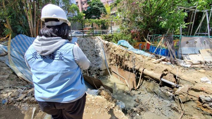 環保局稽查人員查獲太允營造公司工地違規排放廢泥水