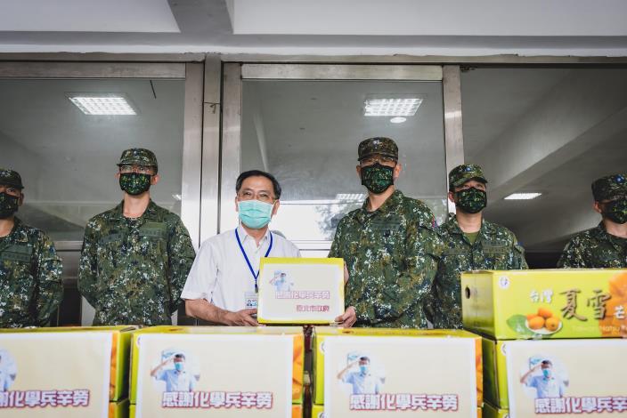 2.蔡炳坤副市長致贈33化學兵群水果禮盒