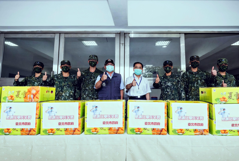 3.蔡炳坤副市長和傅永茂局長與33化學兵合影