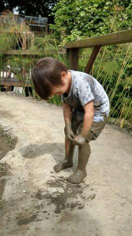 小孩試耕農田樂