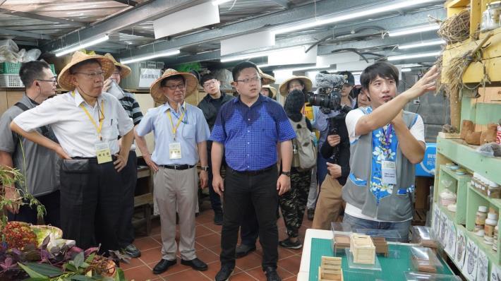 市長參觀農場24節氣活動之田間作物製作之手工藝品