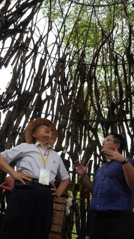 市長參觀農場中的公園倒木樹枝回收搭建的藝術樹屋