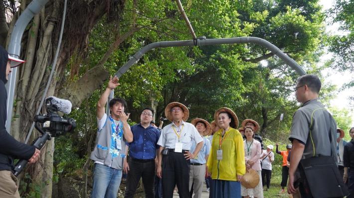 市長參觀農場中榕樹氣生根導根藝術廊道