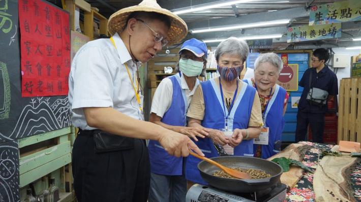 市長體驗炒臺北客家農場自產、自洗的咖啡豆
