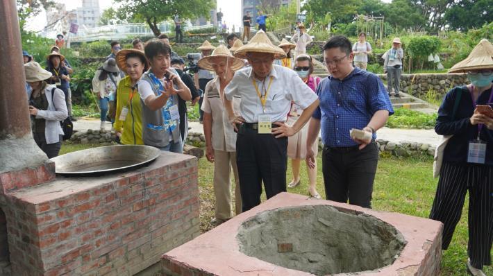 市長參觀90歲客家志工懋伯自製的傳統柴燒大灶