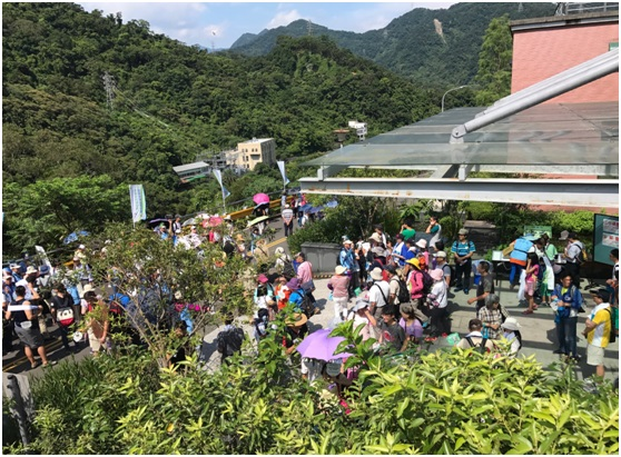 7月15日活動照片:市民踴躍參與,由導覽老師引導走讀翡翠。