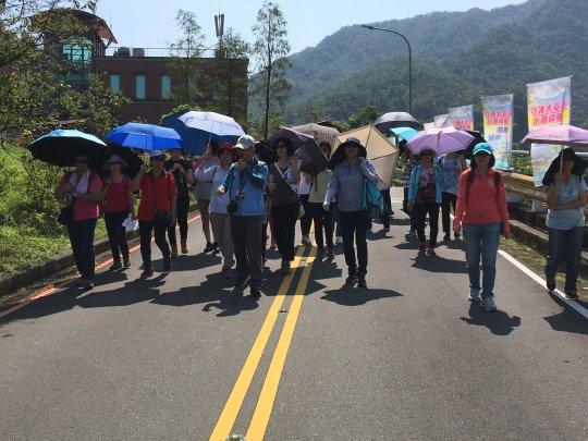 8月5日活動照片:本局導覽老師帶領活動民眾走讀翡翠