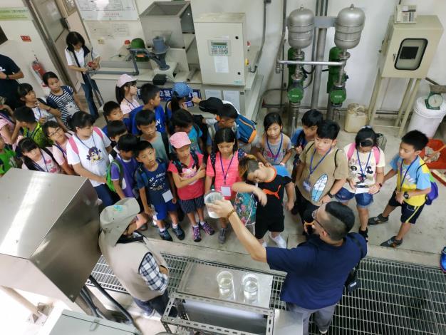 坪林污水處理廠人員解說污水處理過程。