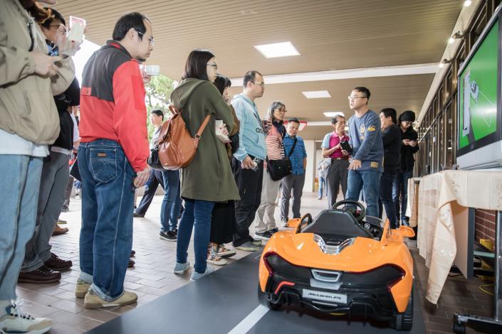 展示體驗區-智慧停車管理現場工作人員解說成果