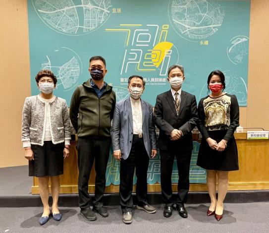 蔡炳坤副市長(中)、周台竹處長(右二)及與談專家於講臺前合影