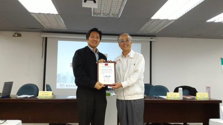 The DCSD Chief Secretary Mr. Eric Kai-Wu Chen on behave of the Department to receive award.