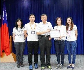 The Acting Director of DCSD, LIN FANG-JU with a supervisor and colleagues respectfully presenting the medal to the Mayor/ Photo taken on 9.7.2019
