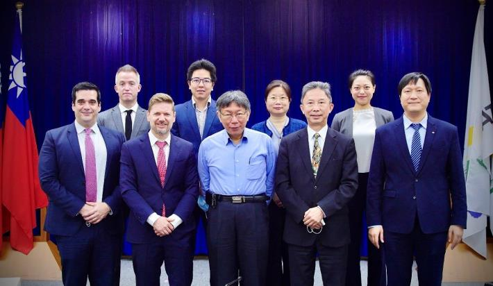 Pic 4 Photo of the staff of the Canadian Trade Office in Taipei, Mayor KO, and DCSD Commissioner Chou