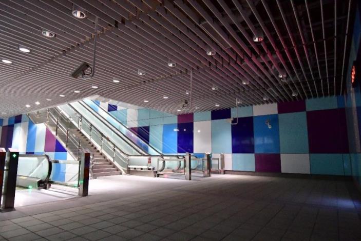 頭前庄站樓梯間有藝術家以主題色藍色設計的色塊