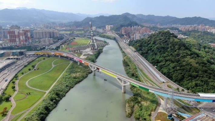 各站主題色在新店溪過河段集結成彩虹橋