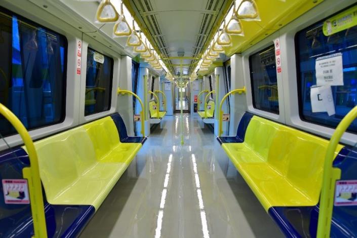 電聯車內部的黃色欄杆,黃色吊環、皮帶及四色坐椅為國內創舉