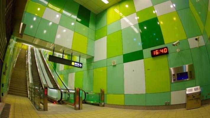 新埔民生站的樓梯間是藝術家的傑作
