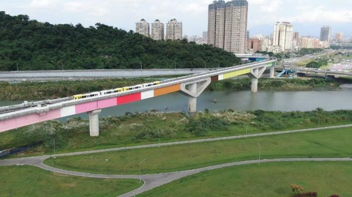 藝術家設計的彩虹橋及電聯車外觀