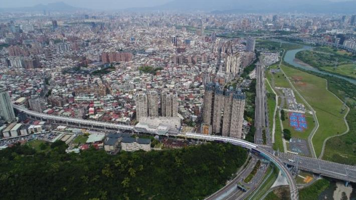 環狀線像一條白龍穿梭在都市間